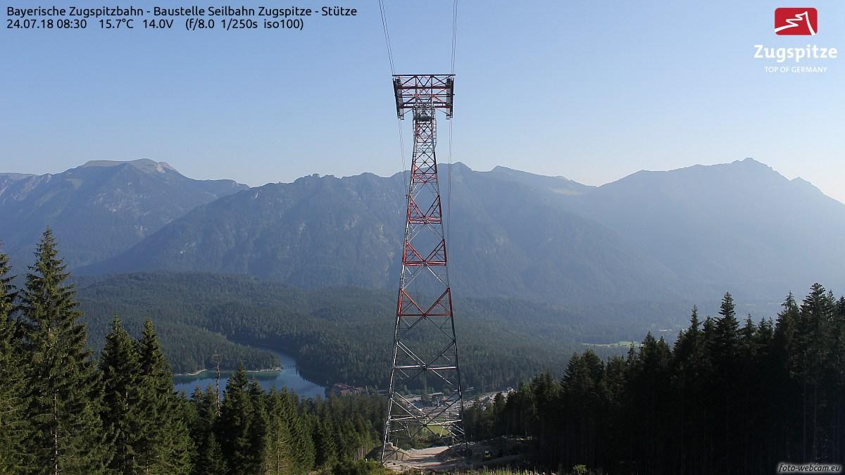 Die Kamera befindet sich an der zweiten Stütze der Bayerischen Zugspitzbahn, am Eibsee in Bayern und soll den Bau der neuen Eibsee-Seilbahn im Bereich der neuen Pendelbahn-Stütze dokumentieren.