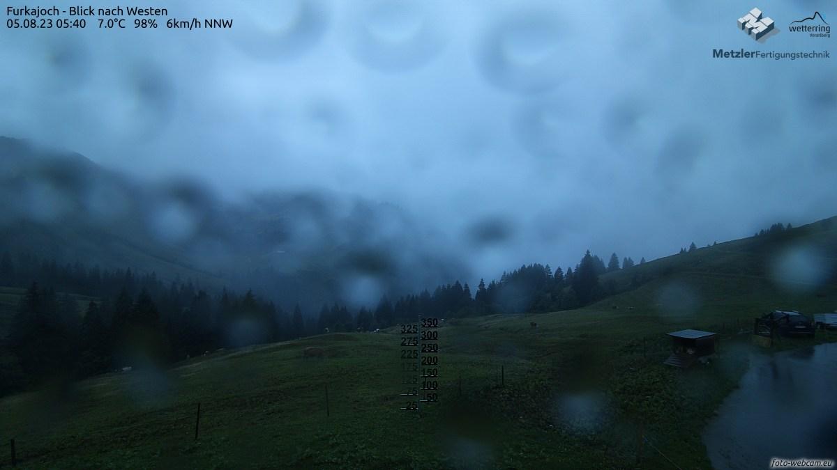Der Stab zu Schneehöhenmessung befindet sich 25 m von der Kamera entfernt