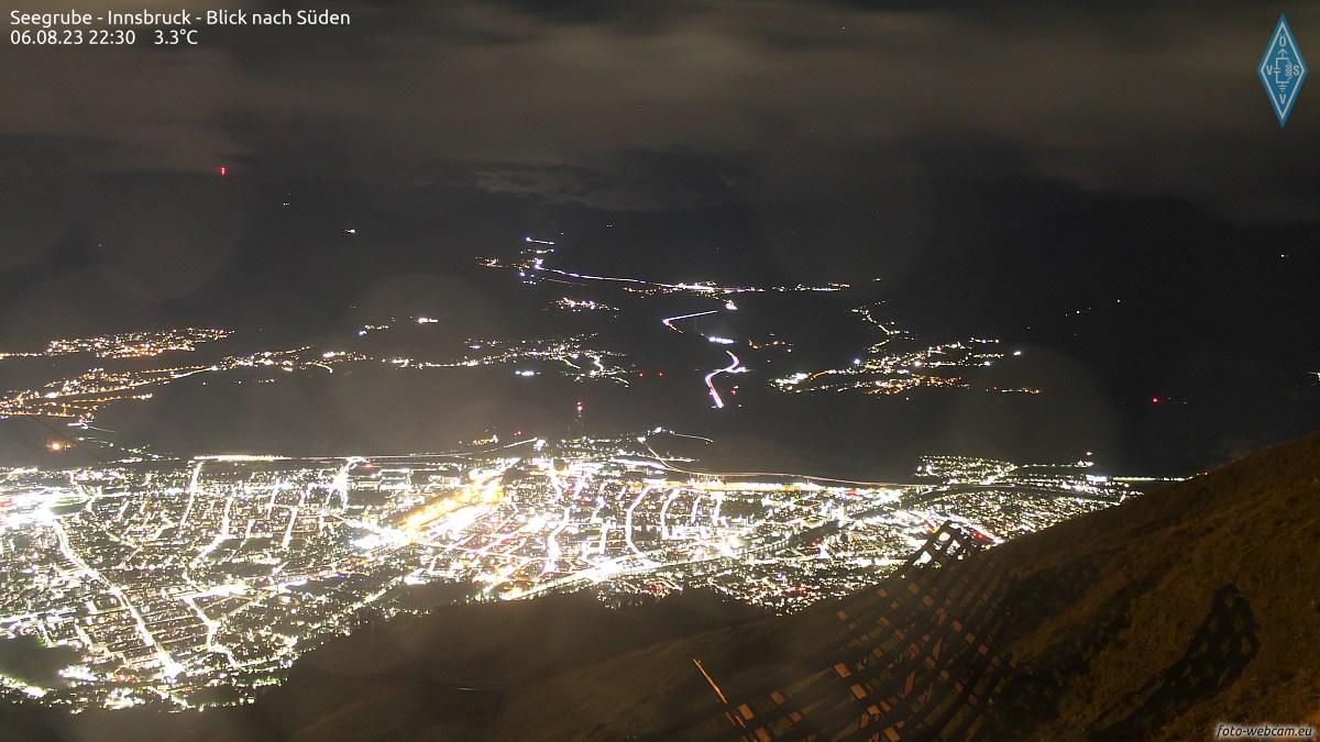 Foto Webcam - Blick von der Seegrube über die Stadt Innsbruck, im Hintergrund links der Patscherkofel, in der Mitte das Wipptal mit der Europabrücke. Rechts sind die Stubaier Alpen, unter anderem mit Serles und Habicht.