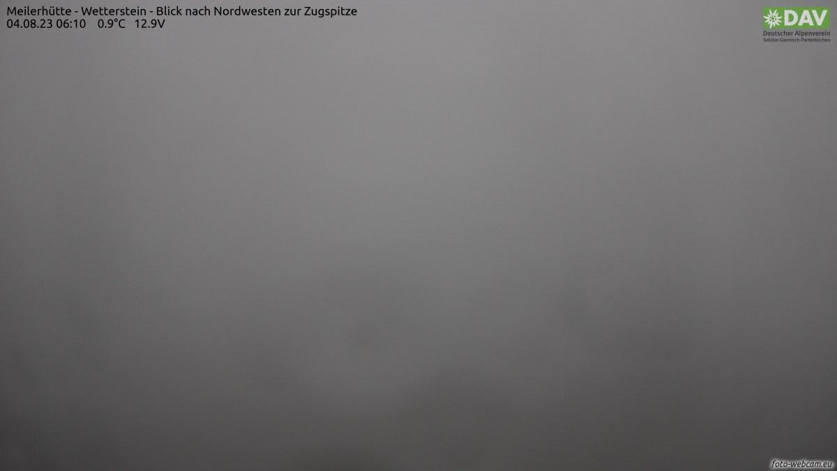 Links sind Plattspitzen und Schneefernerkopf, die höchste Erhebung ist die Zugspitze,  Rechts im Hintergrund ist ein Teil der Ammergauer Alpen erkennbar. Im Vordergrund befinden sich das Frauenalpl und rechts darunter das Schachenhaus.