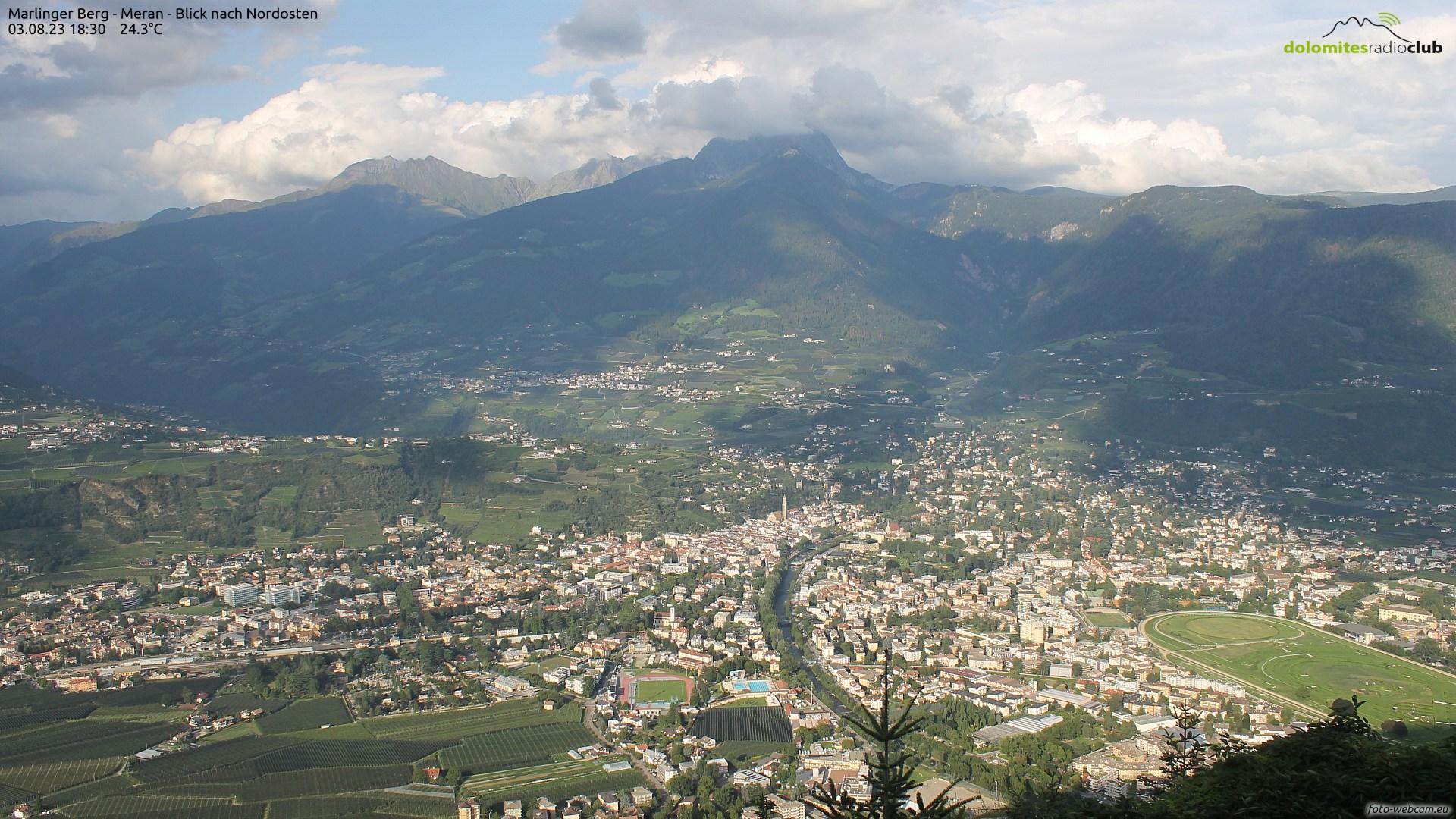 Panoramablick von Marling über Meran nach Dorf Tirol und Schenna