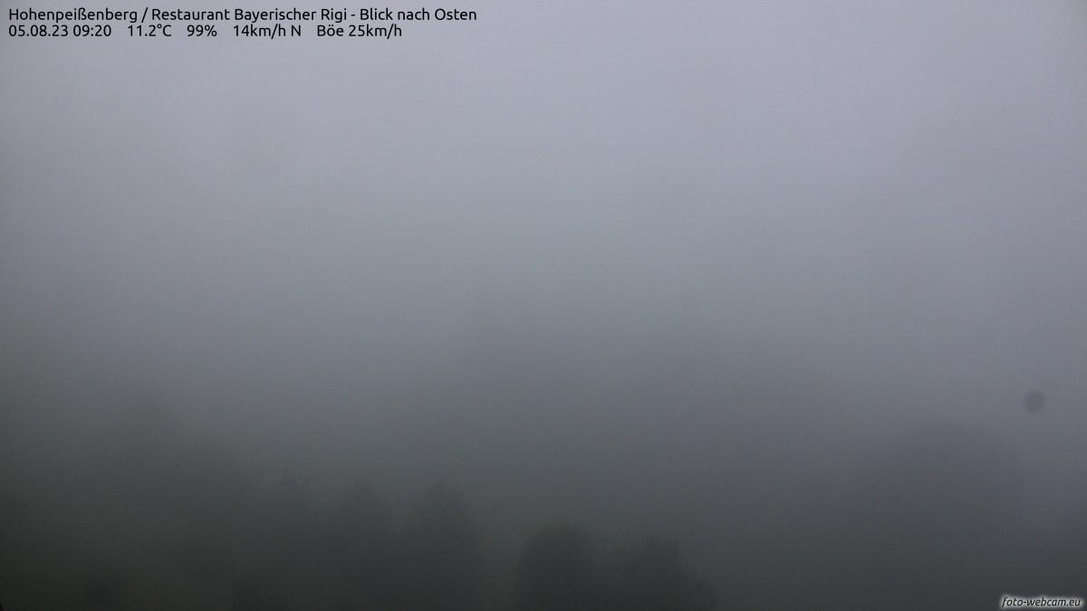 Der Blick der HDWebcamzeigt nach Osten mit leichtem Einschlag nach Süden. Links ist der Sendeturm des Bayerischen Rundfunks, in der Mitte die Ortschaft Peissenberg und rechts in der Ferne Murnau. Dahinter erheben sich die Bayerischen Voralpen, u.A. mit Benediktenwand, Herzogstand und Heimgarten.