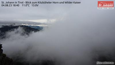 Blick auf St. Johann in Tirol West, das Kitzbüheler Horn und den Wilden Kaiser